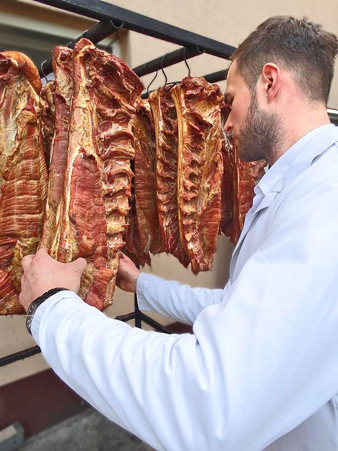 Pracownik podczas inspekcji mięsa